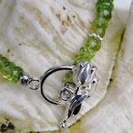 Perlen Armband Esmeralda mit grünen Hunan Peridot Edelsteinen, silberner Verbinder Baum des Lebens, Blumenrondellen in Silberoptik sowie Knebelverschluss Tulpe