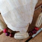 Damen Halskette Ethno Boho Perlenhalskette Perlenkette Halskette Nara mit roten Acai-Samenperlen sowie grossen, ovalen Holzperlen