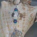 Yoga Schlüsselanhänger Indra mit handgemachter indonesischer Schmuckperle weiss mit silbernen Ornamenten, weissen Glanzperlen, türkis Glasperlen, Yoga-Symbol Muladhara Chakra