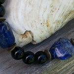 Kurze Perlen Halskette La Bonita mit schwarzen 8mm Glasperlen, Lapislazuli Edelstein Heilstein Perlen Nuggets, Bronze Rondellen