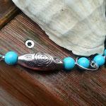Perlenhalskette Perlen Halskette Heavenly Hearts mit 10mm hellblauen Steinperlen, Herzperlen Rahmen Antiksilber & ovaler 3.5cm langen silbernen Acrylperlen