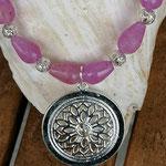 Kurze Perlenhalskette Perlenschmuck Perlenkette Aretha mit tropfenförmigen rosa Glasperlen, Drahtsilberperlen & runder Anhänger mit Blume des Lebens
