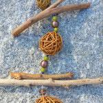 Oster Schwemmholz Mobile Easter bunny meets wicker balls mit hellbraunen Weidekugeln, lindgrünen Polaris Perlen, 18mm bronzegoldene Lampworkperlen