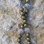Lange Boho Hippie Perlen Halskette Olivia mit olivgrünen 8mm Glanzperlen und 10mm flachen silbernen Metallperlen sowie indischem Lampion Anhänger
