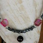 Kinder Mädchen Perlenschmuck Kinder Halskette Mirella mit anthrazit Glasperlen, Perlmuttperlen violett pink, hellbraunen facettierten Glasperlen, silberfarbene Acrylperlen & Achatperle Anhänger dunkelpink