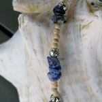 Kurze Perlen Halskette Perlenkette Vivere mit kleinen Kokosrondellen, Lapislazuli Edelsteinen, Metallperlen und Flip Flop Anhänger, Hakenverschluss  im Hippie Style