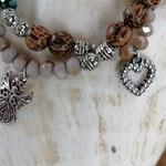 Mala Armband Armkette Kette Desna mit grünen und hellbraunen facettierten Glasperlen, Metallperlen Antiksilber, hellbraunen Kokosnussperlen und Herz- & Engelanhänger, zweistrahnig