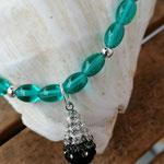 Kinder Mädchen Halskette Perlenkette Emilia mit ovalen Türkis Glasperlen, runden silbernen Acrylerlen, Tropfenform-Anhänger aus Strasssteinen schwarz, grau & weiss