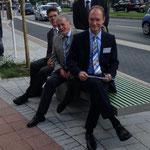 Bezirksbürgermeister H.-H. Lücke mit ISG-Vorstand beim Probesitzen