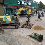 Mit Minibagger und großem Bohrer werden die Fundamente gegraben