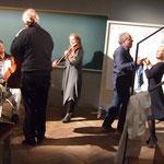 Geige Esther Schöpf zum Einlaß des Danton Denkraums tanzen einige Akteure