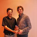 Pokalübergabe: Redaktionsleiter Christian Trinkl überreicht dem Sportler des Jahres Günther Denk seinen Siegerpokal.