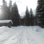 spazierwege im frisch verschneiten Tal