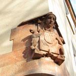 Frauenkopfrelief aus rotem Sandstein mit zwei Fabelwesen