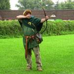 Holsteiner Leonardo beim Bogenschiessen