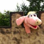 Schweinchen Bente auf den Zinnen einer Burg