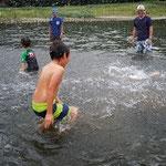 西湖で水泳