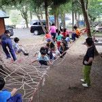 クモの巣で遊ぶ子供達