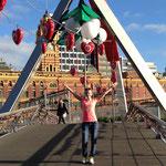 die wunderschön weihnachtlich geschmückte Brücke zur Innenstadt