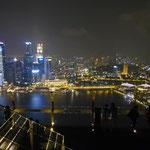 und bei Nacht auf dem Marina Bay Sands