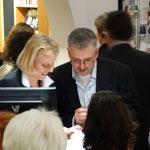 Die Autoren Heidi Höhn und André Gutgesell beim Signieren.