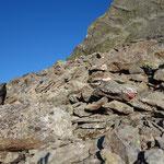 Über Platten und große Felsen steigen wir nun steiler bergauf.