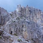 Die letzten Meter zum Gipfelkreuz des Nördlichen Elferturms werden wieder auf einem normalen Wanderweg zurückgelegt.