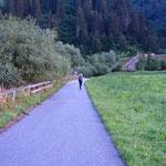 Es geht zunächst eine asphaltierte Straße bergauf Richtung Bachertal.