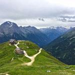 Ein Rückblick zur Starkenburger Hütte - dahinter der Habicht.