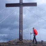 Das riesige Gipfelkreuz der Serles.