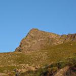 Ein erster Blick auf unser Gipfelziel im Morgenlicht.
