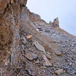 Der weitere Aufstieg zum Gipfel führt uns durch feines Geröll.