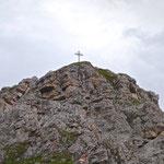 Gipfelkreuz des Hohen Burgstalls im Zoom.