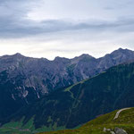 Ausblick von der Starkenburger Hütte auf den Serleskamm. Vorne rechts das Elfermassiv.