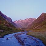 Sonnenaufgang im Tal des Alpeiner Baches.