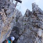 Das Gipfelkreuz befindet sich relativ ausgesetzt auf einem der Türme des Elfermassivs.
