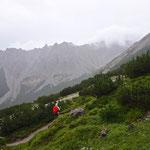 Das Wetter wird zunehmen regnerischer. Wir zweigen rechts zum Serlesjöchl ab.
