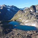 Der türkisblaue Rinnensee, dahinter Seespitze und Ruderhofspitze.