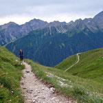 Auf einfachen Wanderpfaden geht es stetig bergauf.