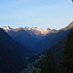 Sonnenaufgang an den Stubaier Gletscher. In der Mitte das Zuckerhütl, links der Wilde Freiger.