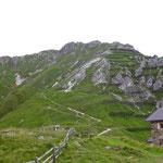 Von der Starkenburger Hütte kann man bereits das Gipfelkreuz des Hohen Burgstalls erblicken.