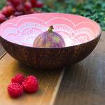 Coconut Bowl mit rosa Mandala Design aus 100% natürlicher Coconut für Bowls, Salate, Obst und Desserts.