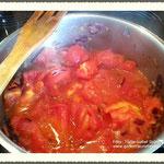 Tomaten zu den Zwiebeln geben und leicht köcheln lassen.
