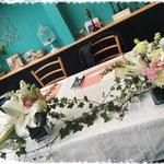 メインテーブル   新郎新婦のテーブルを華やかにお花で彩ります。