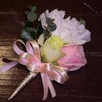 ブートニア  新郎の左胸に飾るお花です。 新婦のブーケと同じおそろいでお作りします。