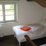Chambre à l'étage, vue jardin arrière du gîte (2 lits en 90)