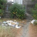 8月23日各出入り口にゴミが捨てられていました
