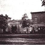 Um 1898, mit Ladenfenstern im englischen Cottage-Stil.