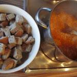 Brotstücke und fertige Brühe