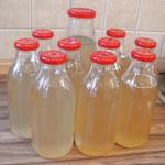 Fertiger Holunderblütensirup in Flaschen